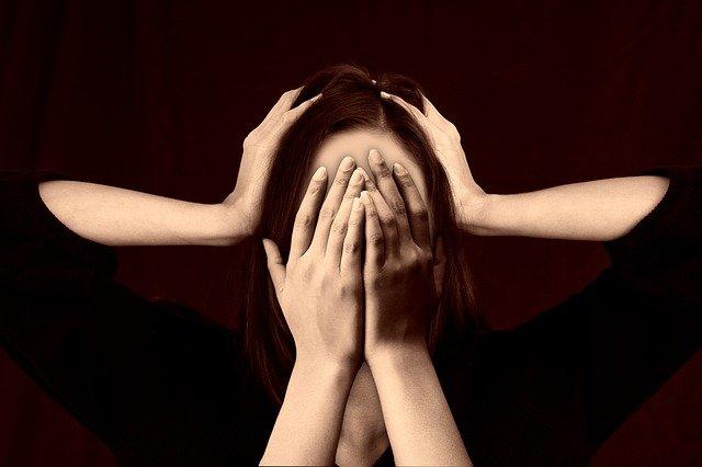 femme se prend la tête dans les mains - migraines