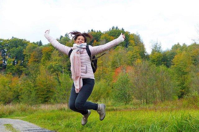 femme saute de joie et de pleine forme en bonne santé