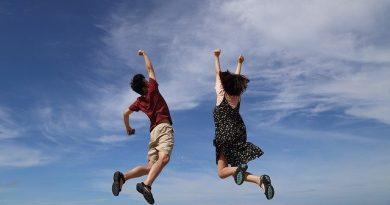 homme et femme sautent de joie bonne santé
